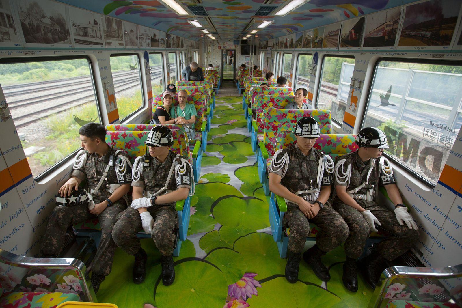 Der DMZ-Friedenszug transportiert südkoreanische Soldaten und Touristen von Seoul zu den Bahnhöfen die der demilitarisierten Zone ...