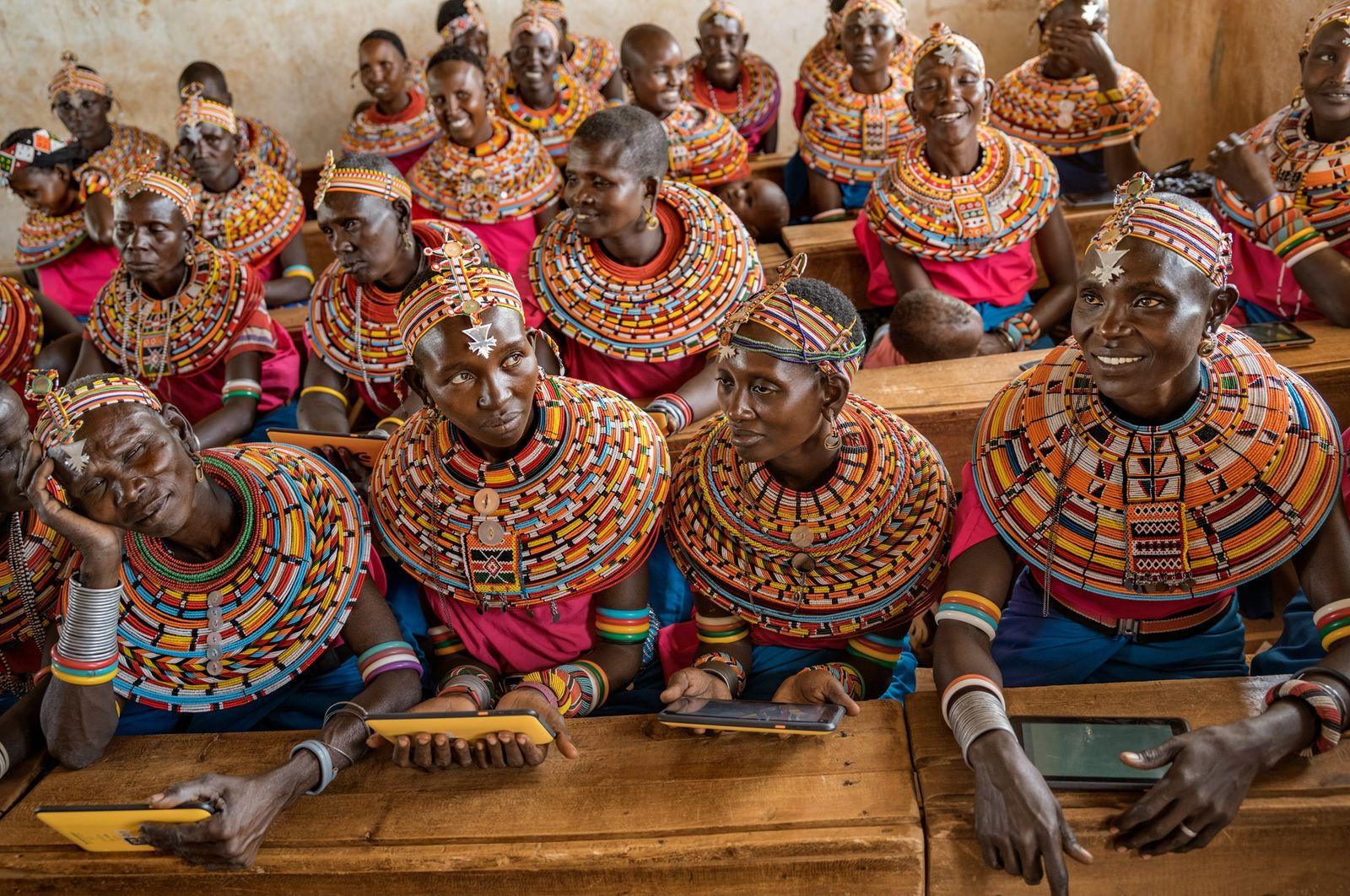 Der Wunsch, ihren Kindern etwas über Computer beizubringen führte diese Samburu-Frauen in ein Klassenzimmer in einer ...