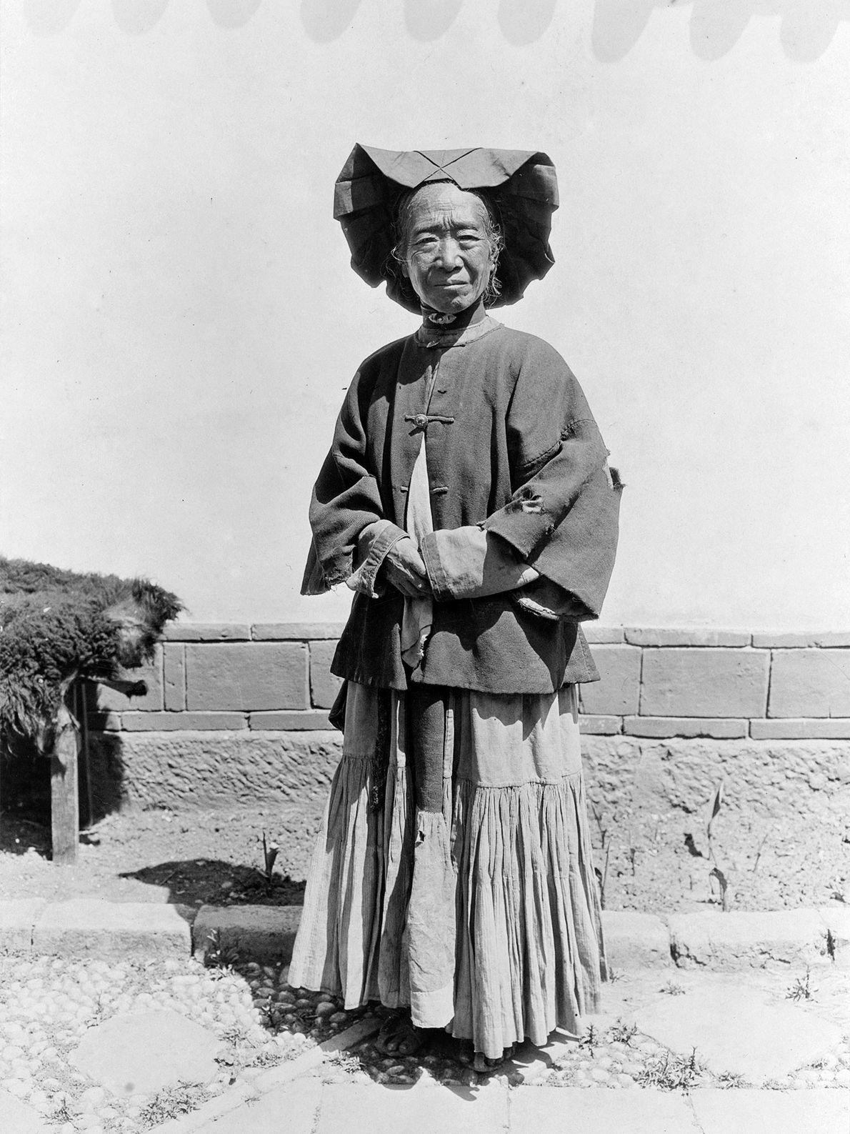Auf diesem Porträt einer alten Yi-Frau in der chinesischen Provinz Yunnan erkennt man besonders den großen ...