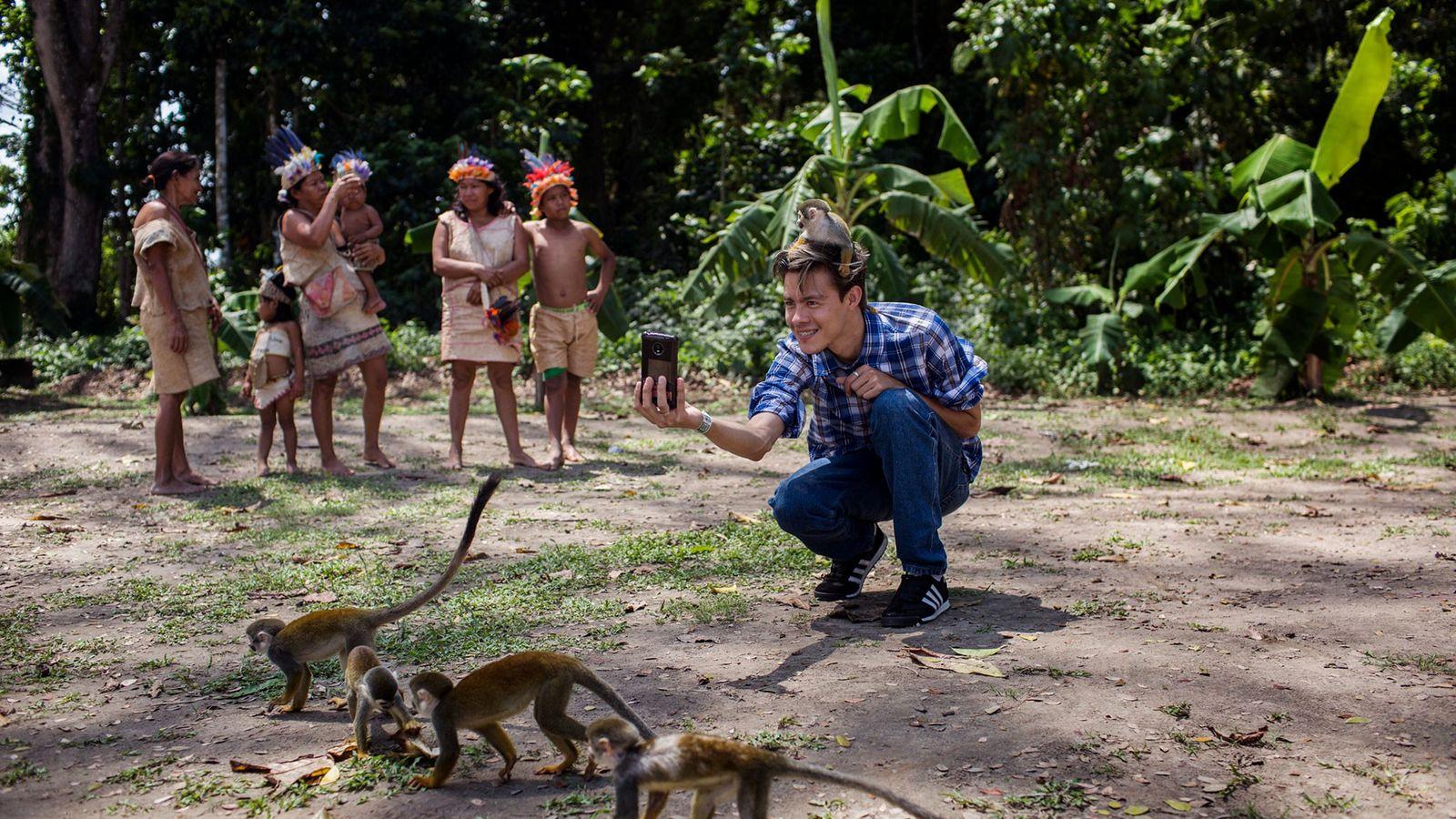 Ein junger Mann macht ein Selfie auf der Isla de los Micos, der Affeninsel, im kolumbianischen ...