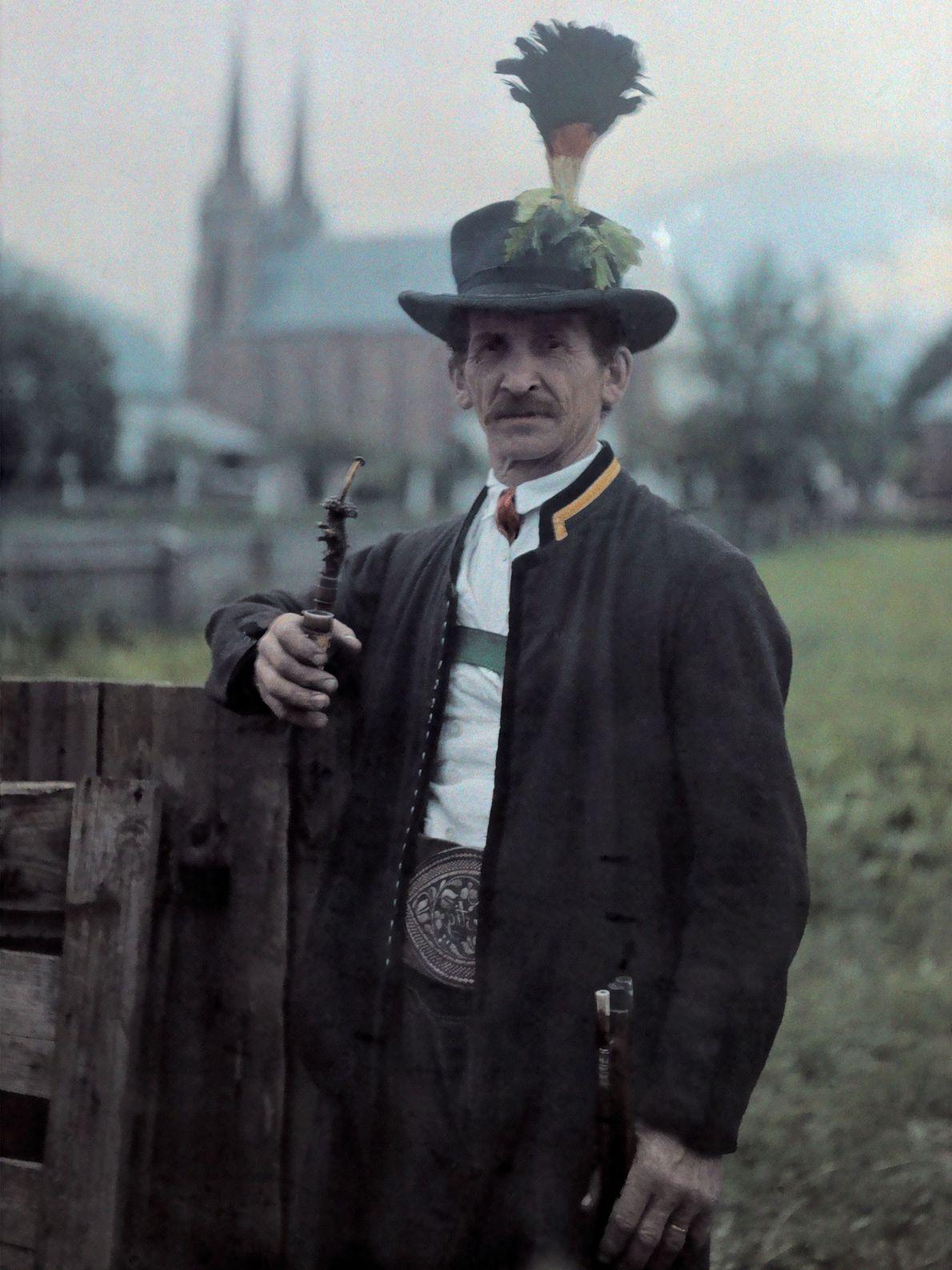 Ein österreichischer Mann in einer Wachuniform posiert mit seiner Pfeife.
