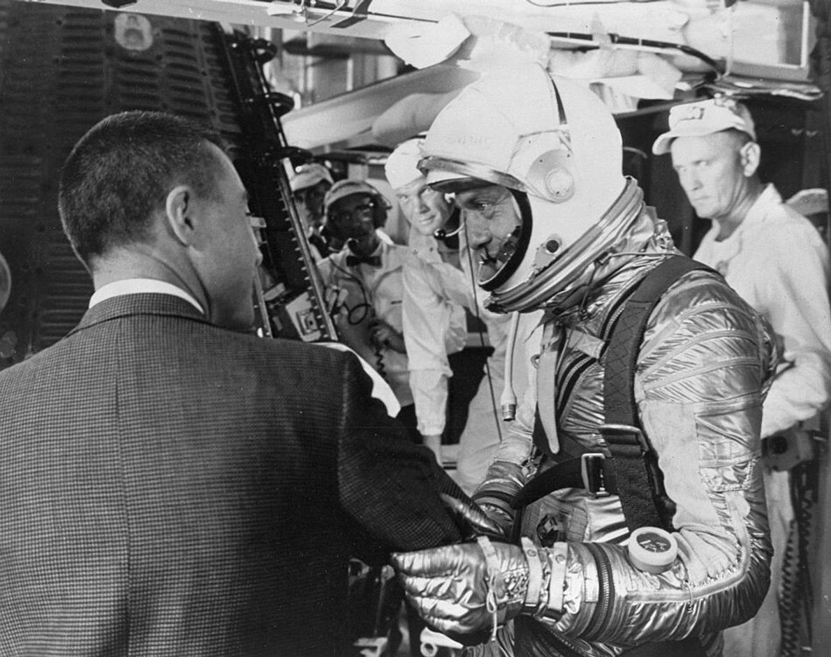 Alan Shepard steigt in seine Freedom-7-Kapsel, während Virgil 'Gus' Grissom (links) und John Glenn (Mitte, mit ...
