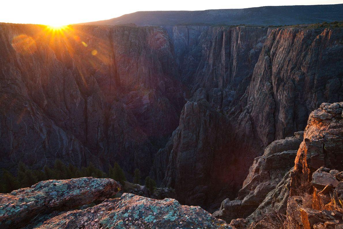 Foto eines Sonnenuntergangs von Island Peaks aus, Black Canyon des Gunnison Nationalparks, Colorado