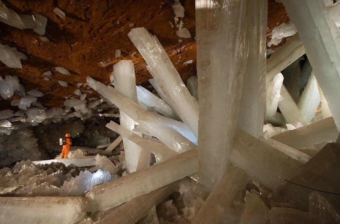 Ein Höhlenforscher erkundet die Höhle der Kristalle in Naica, Mexiko. Der Schutzanzug hat durchaus seine Berechtigung: ...