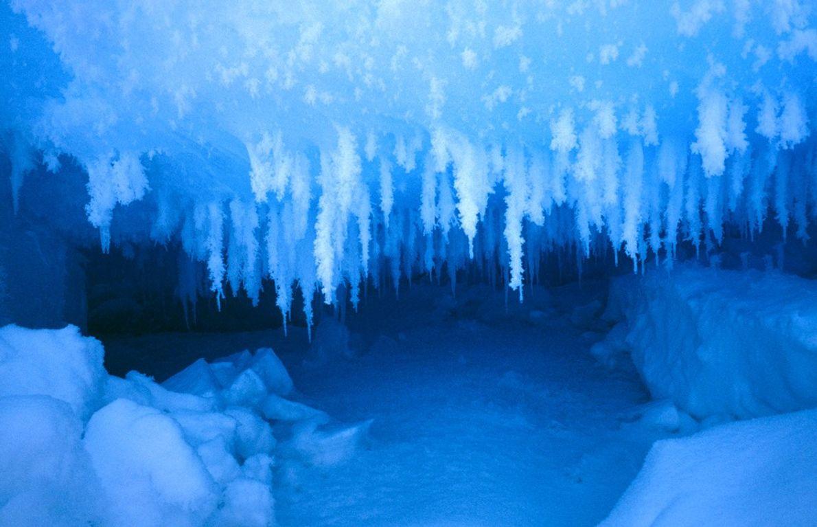 """Eine kleine """"Gletscherhöhle"""" in der arktischen Eiskappe bietet einen frostigen Unterschlupf aus einer Reihe exotischer Eiskristallen. ..."""