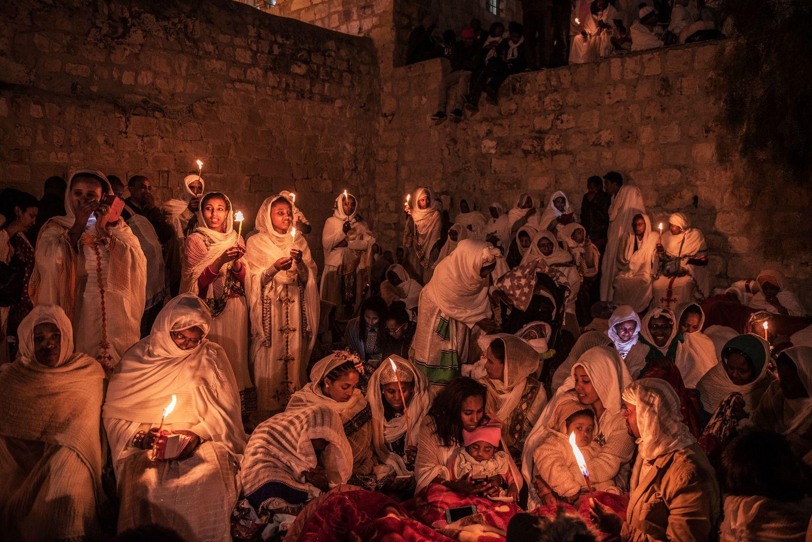 Äthiopisch-orthodoxe Pilger feiern Ostern auf der Grabeskirche. In einem langen Disput mit ägyptischen Kopten besetzten äthiopische ...