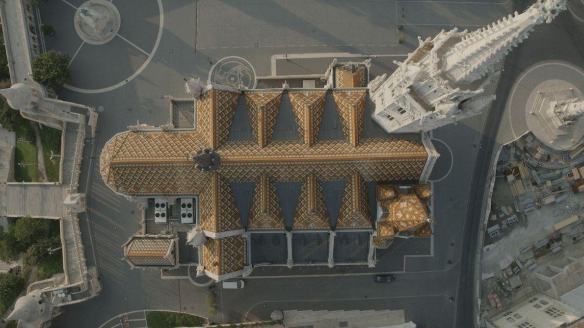 Ungarn: Das Dach der Matthiaskirche, hoch über den Straßen von Budapest, offenbart mit seinen komplizierten Dachziegeln ...