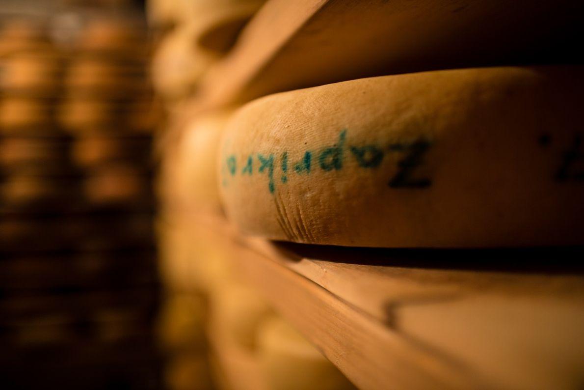 Im Hiša Franko lagern in den Regalen Laibe von traditionell slowenischem Käse.