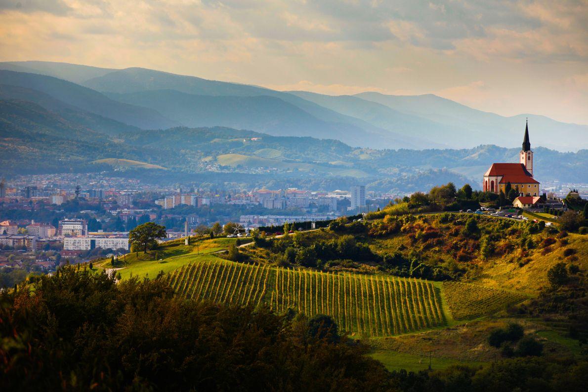 Sloweniens zweitgrößte Stadt Maribor liegt im Schatten des Bachergebirges – das man in der Ferne sehen ...
