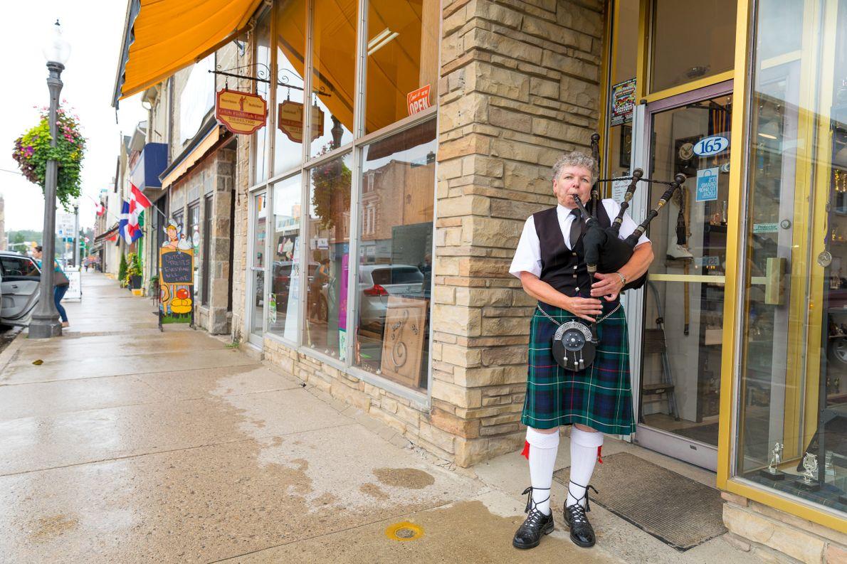 Ein Dudelsackspieler der Fergus Pipe Band spielt jeden Samstag in Fergus zu Ehren der schottischen Einwanderer, …