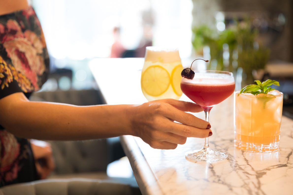 Im Mill Inn bereiten die Barkeeper sowohl an der eleganten Bar im Elora Mill Restaurant als ...