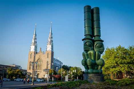 """The Three Watchmen (""""Die drei Wächter"""") ist eine Skulptur des Haida-Künstlers Chief James Hart, die vor ..."""