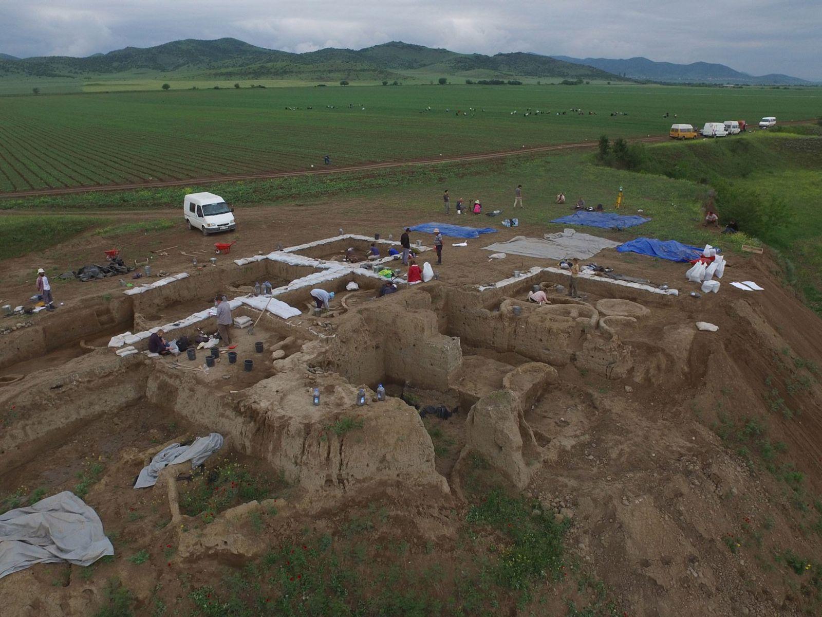 Archäologen fanden bei der Ausgrabung dieses steinzeitlichen Dorfes in Georgien Fragmente von Tongefäßen mit Rückständen des ...