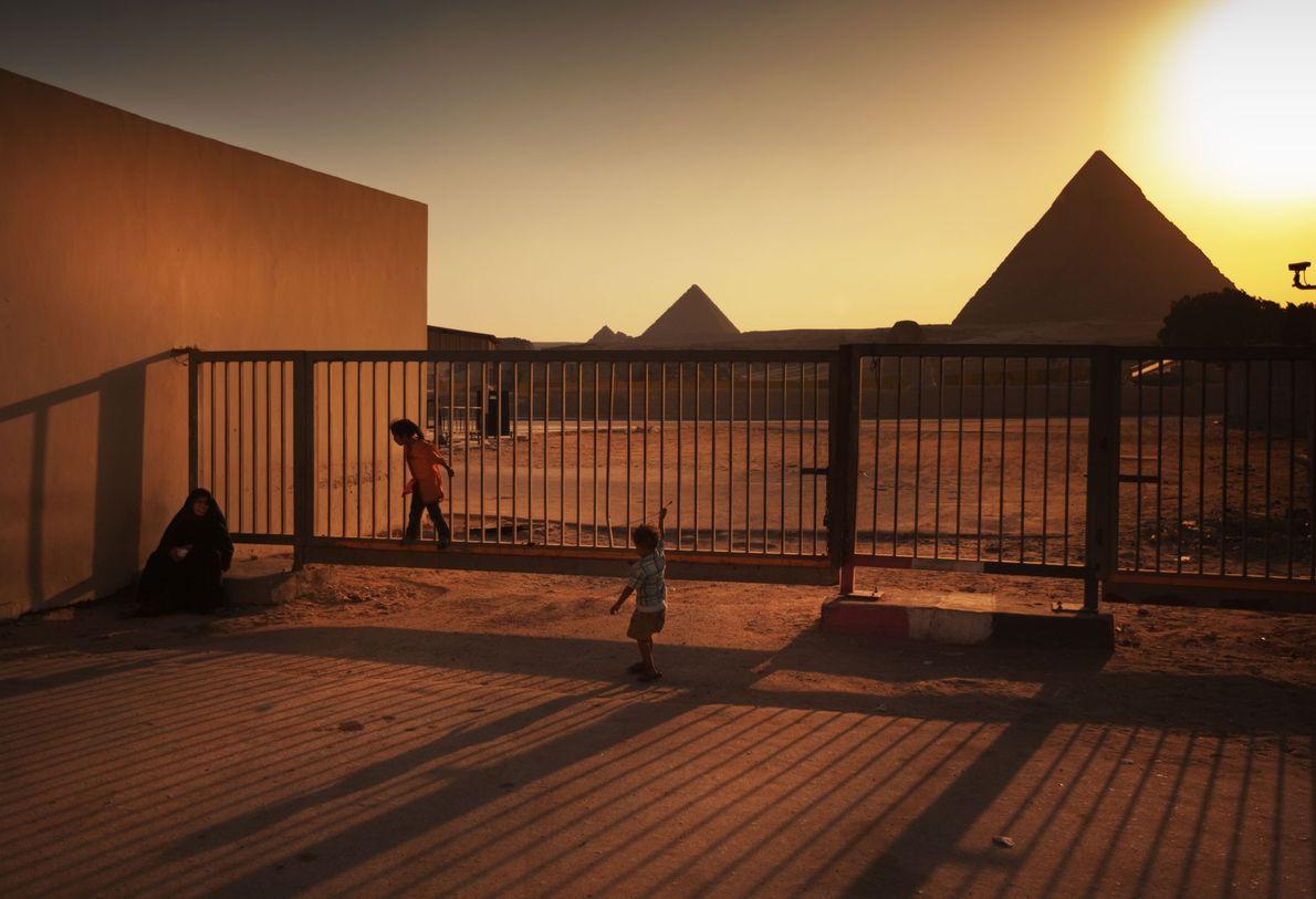 Kinder spielen am äußeren Tor der Pyramiden von Gizeh.