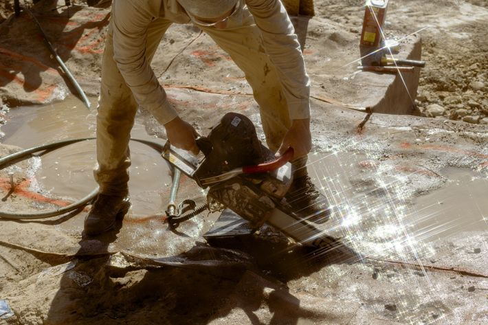 Ein Teammitglied arbeitet mit einer der speziellen Diamantkettensägen.
