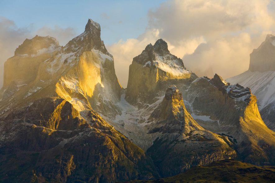 Die zerklüfteten Gipfel der Anden erheben sich über die Landschaft Chiles.