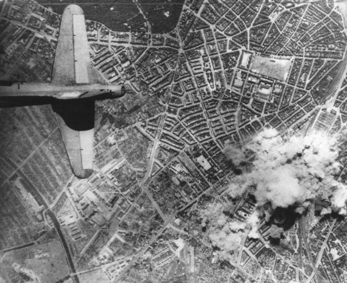 Die Bombenangriffe der Alliierten töteten zehntausende Bewohner Hamburgs und zerstörten mehr als die Hälfte aller Wohnhäuser. ...