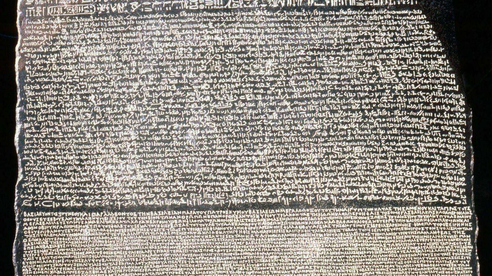 Obwohl der Stein von Rosette lediglich das Bruchstück einer größeren Steintafel ist, konnten Gelehrte anhand der ...
