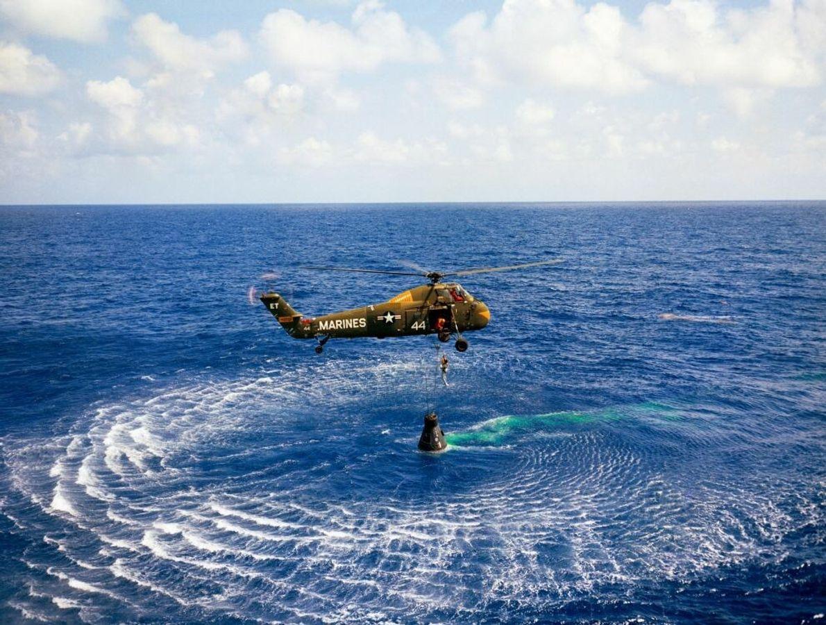 Alan Shepard und seine Mercury-Kapsel werden nach der Wasserlandung im Atlantik am 5. Mai 1961 mit ...