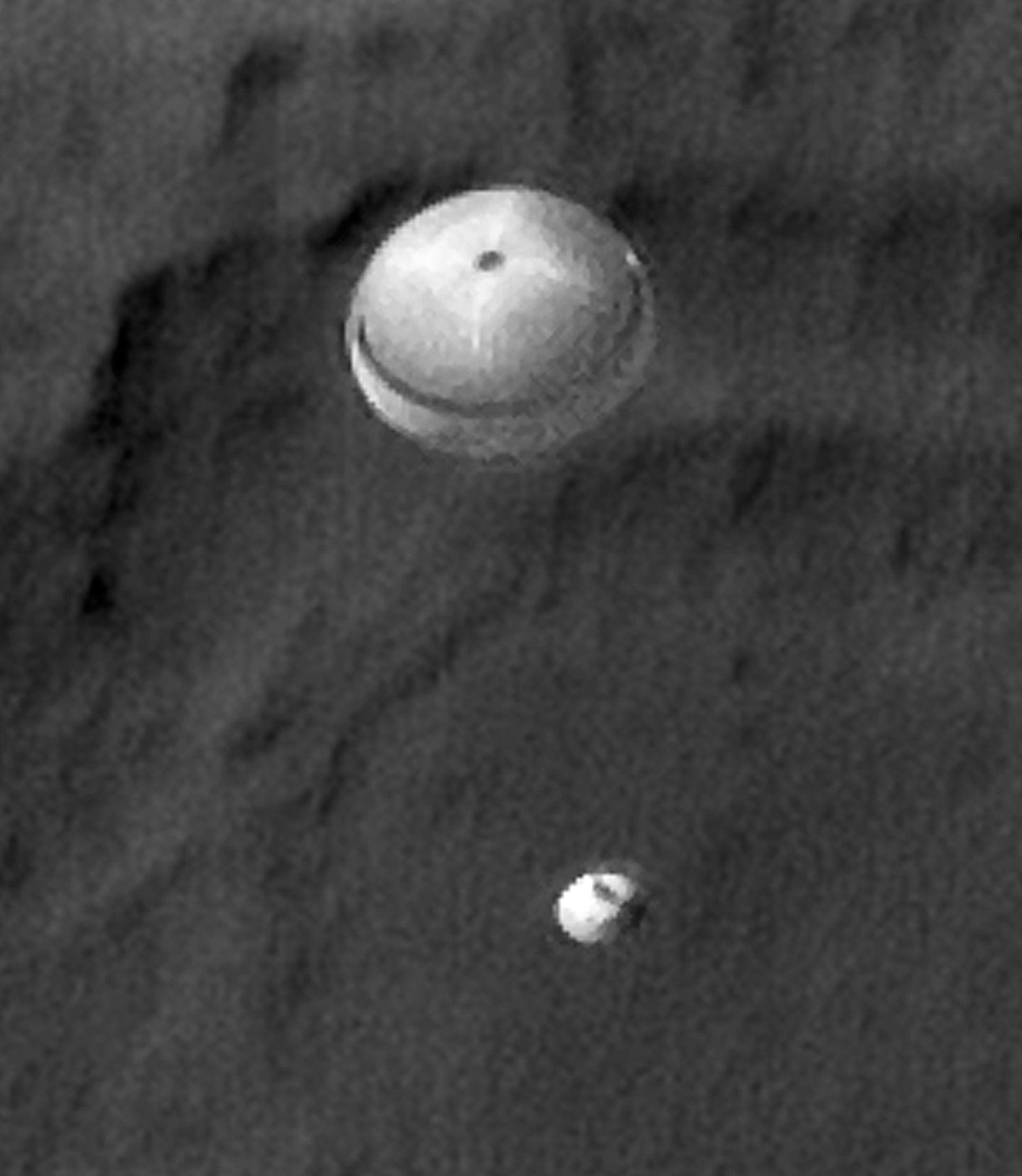Aufnahme des Mars-Orbiter Reconnaissance von der Fallschirmlandung des NASA-Rovers Curiosity auf dem Mars.