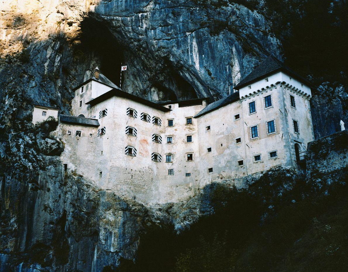 Die Höhlenburg Predjama liegt tief in den Fels eingegraben im Süden Sloweniens. Sie bewacht ihre umliegenden ...