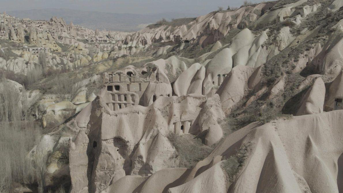 Türkei: Die einzigartigen Gesteinsformationen von Kappadokien entstanden aus einer Vulkanlandschaft, in der härteres Basaltgestein weichere Ascheablagerungen ...