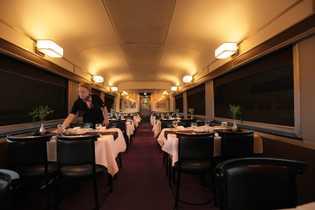 Der Speisewagen an Bord des Via Rail-Zugs.