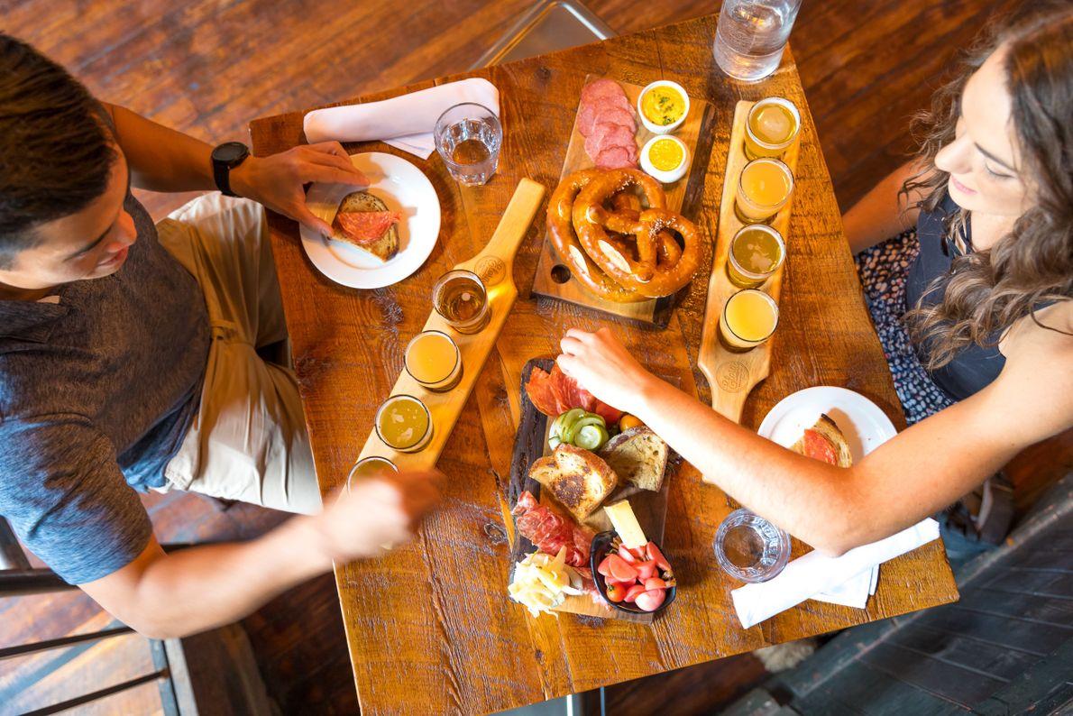 Raffinierte Bierkombinationen, schlachtfrische Fleisch- und Wurstwaren und die Zusammenarbeit mit lokalen Farmen sorgen dafür, dass man ...