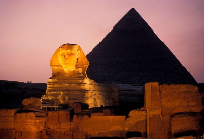 Pyramide und Sphinx bei Nacht in Gizeh, Ägypten.