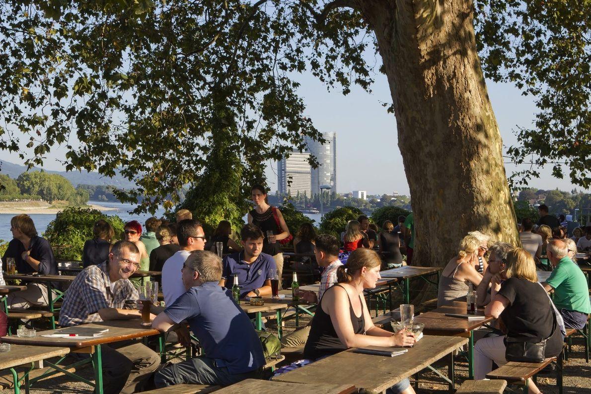 Vom Biergarten Alter Zoll am Rheinufer der Bonner Innenstadt wandert der Blick über den Rhein bis …