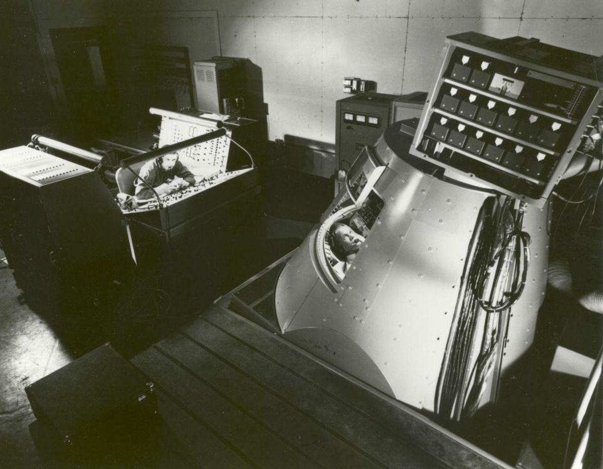 John Glenn im Mercury Procedures Trainer in Langley, Virginia. Die Simulationen waren sowohl für die Handhabung ...