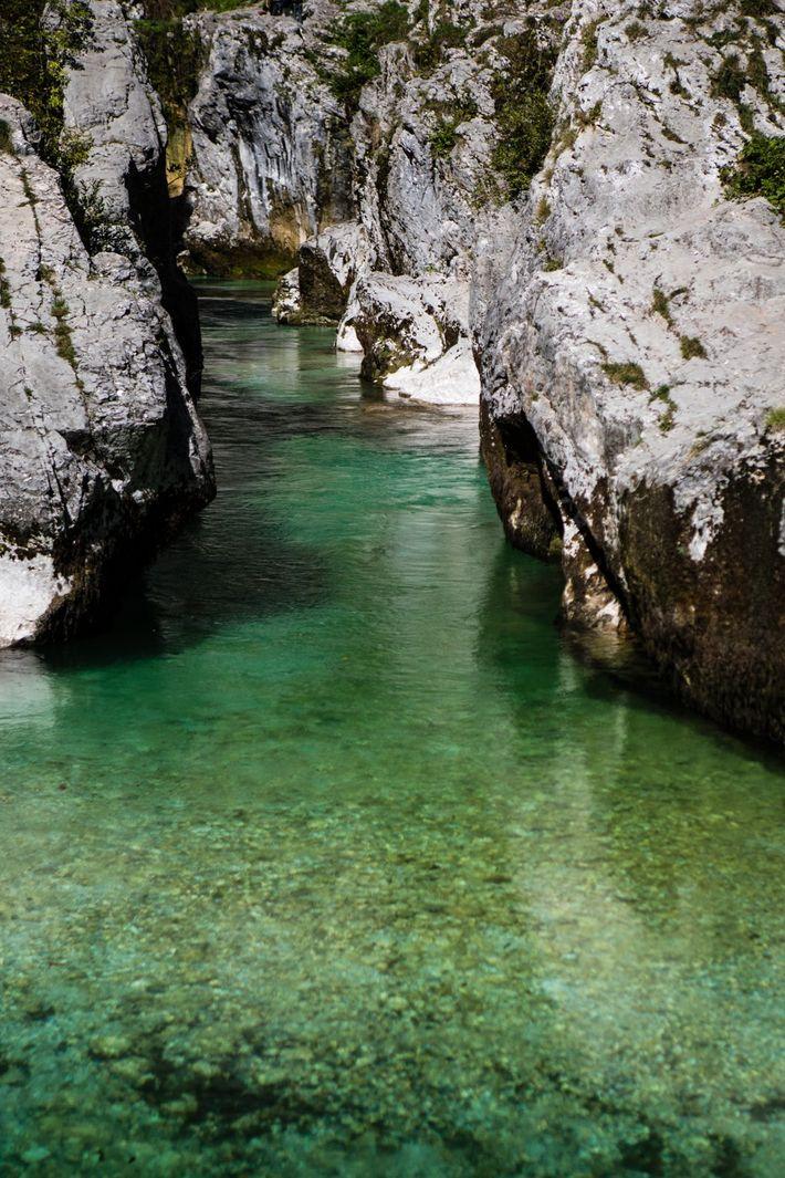 Im Laufe von Jahrtausenden fraß sich die Soča durch das Gestein und schuf so eine spektakuläre ...
