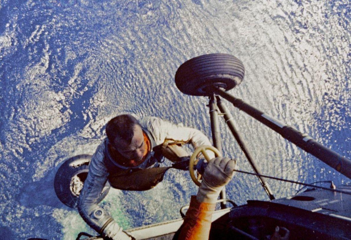 Shepard wird nach seiner Wasserlandung am 5. Mai 1961 an Bord eines Hubschraubers der US-Marine gezogen. ...