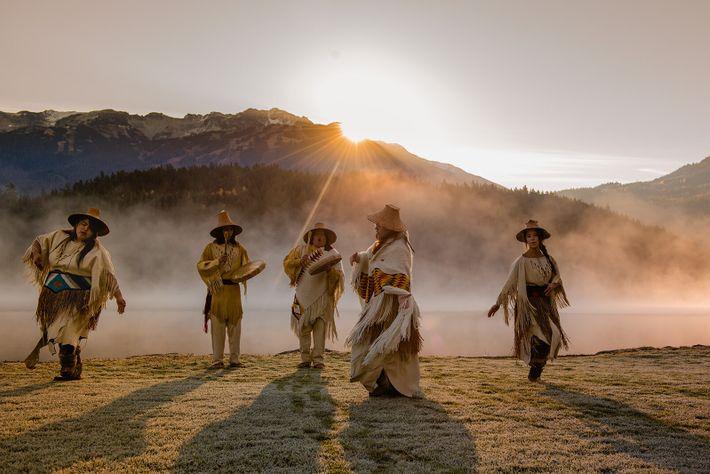 Das Lil'wat Cultural Centre in Whistler. Nehmen Sie an einer geführten Waldwanderung mit einem Kulturbotschafter teil, um ...
