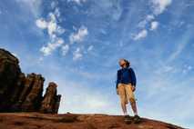 Ein junges Mädchen blickt über eine Wüstenlandschaft.