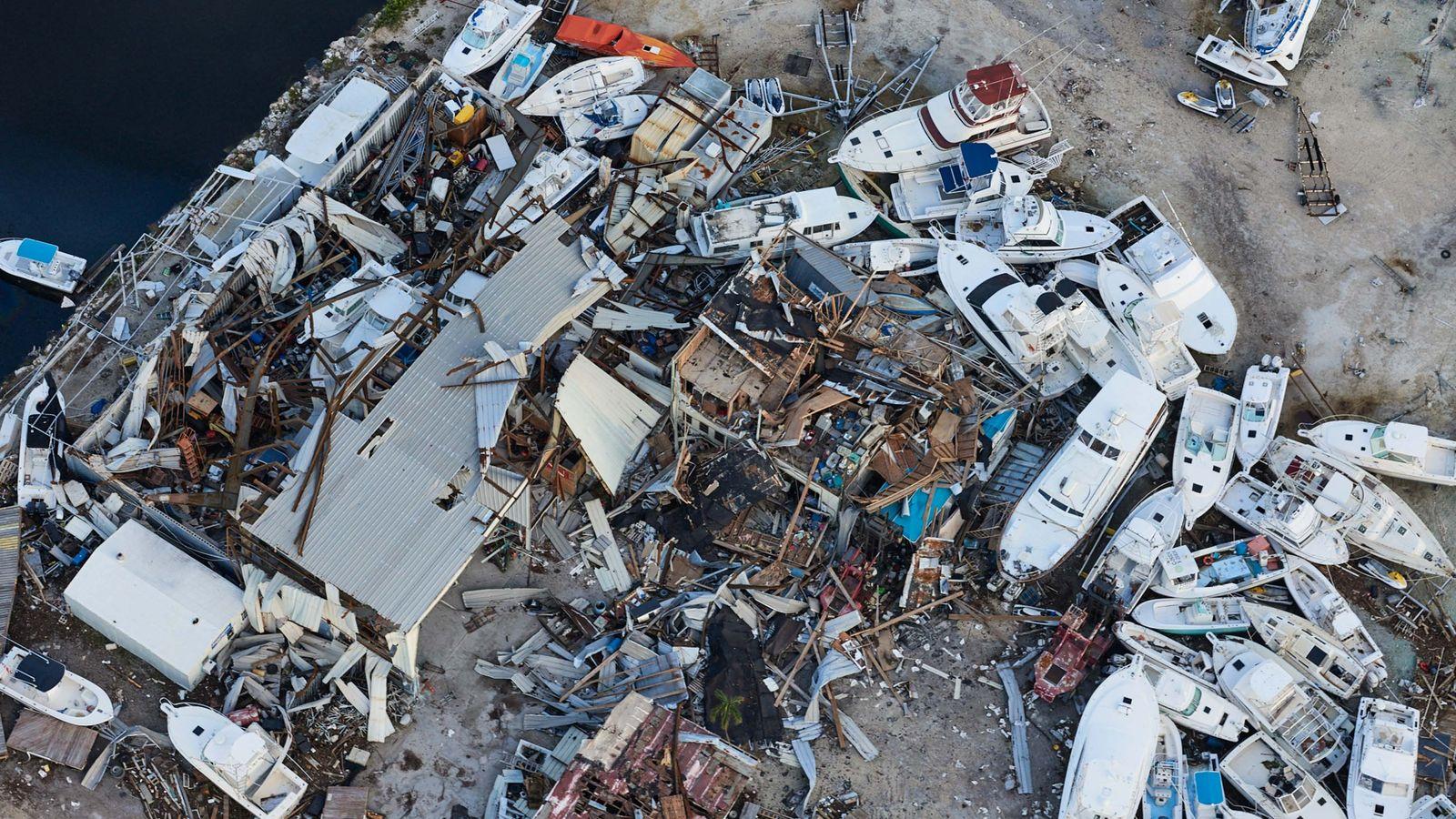 Zerstörte Boote und Gebäude