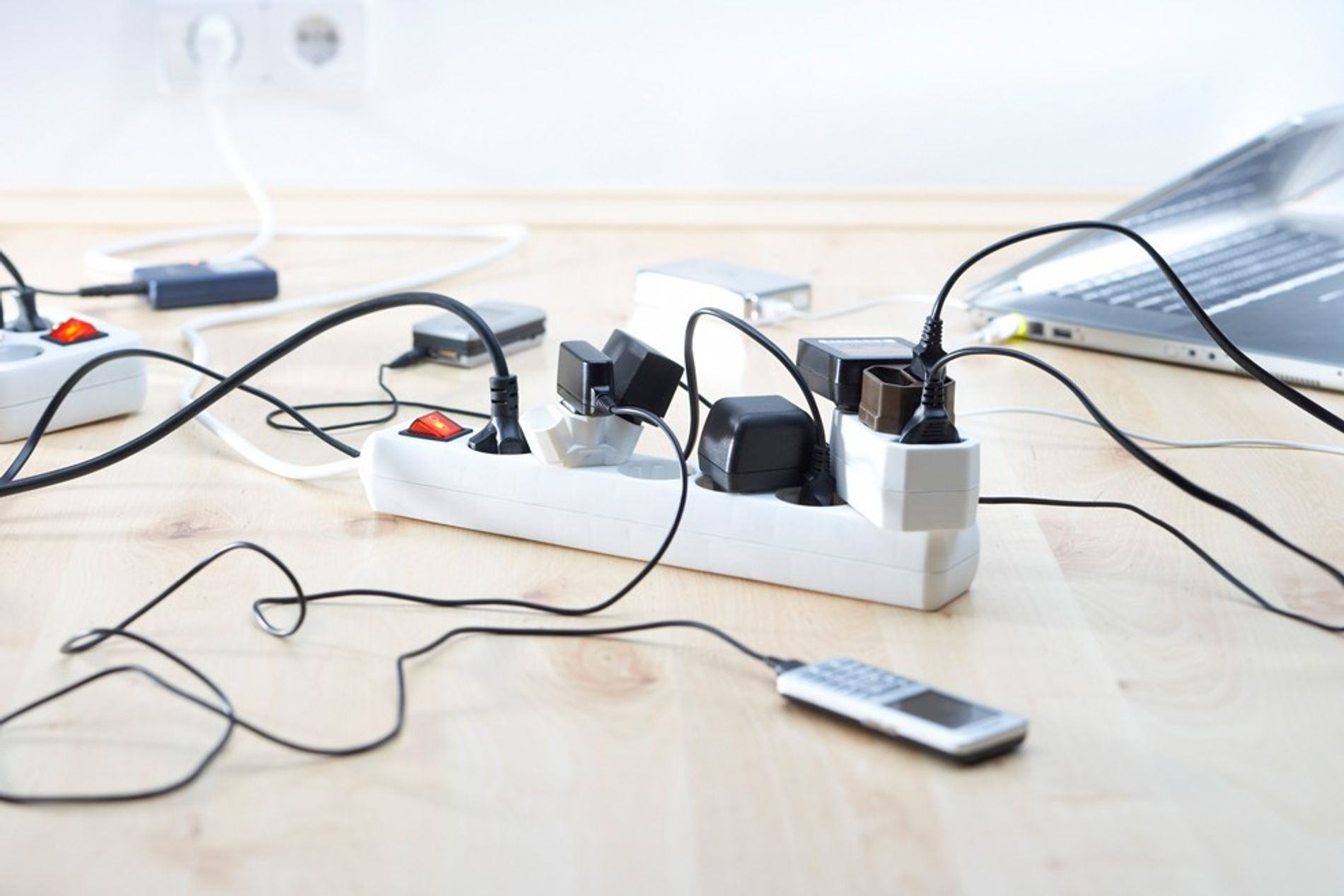 Viele Haushaltsgeräte ziehen auch dann Strom, wenn sie überhaupt nicht benutzt werden. Das macht sich auf der Stromrechnung bemerkbar.