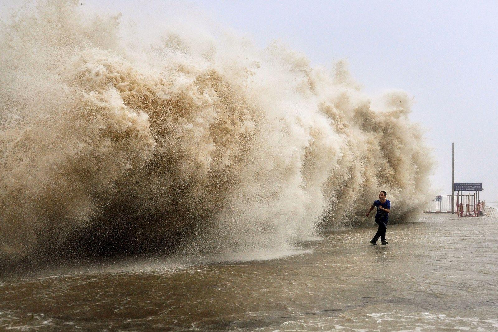 Ein mächtiger Taifun, der am Sonntag Hongkong heimsuchte, tötete mindestens 30Menschen. Auf dem chinesischen Festland mussten ...
