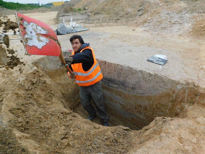 Archäologe G. Peter Montes gräbt ein Profil durch eine Siedlungsgrube.