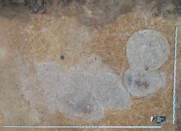 Von oben sind die fünf ineinander verschachtelten grauen Gruben gut zu erkennen.