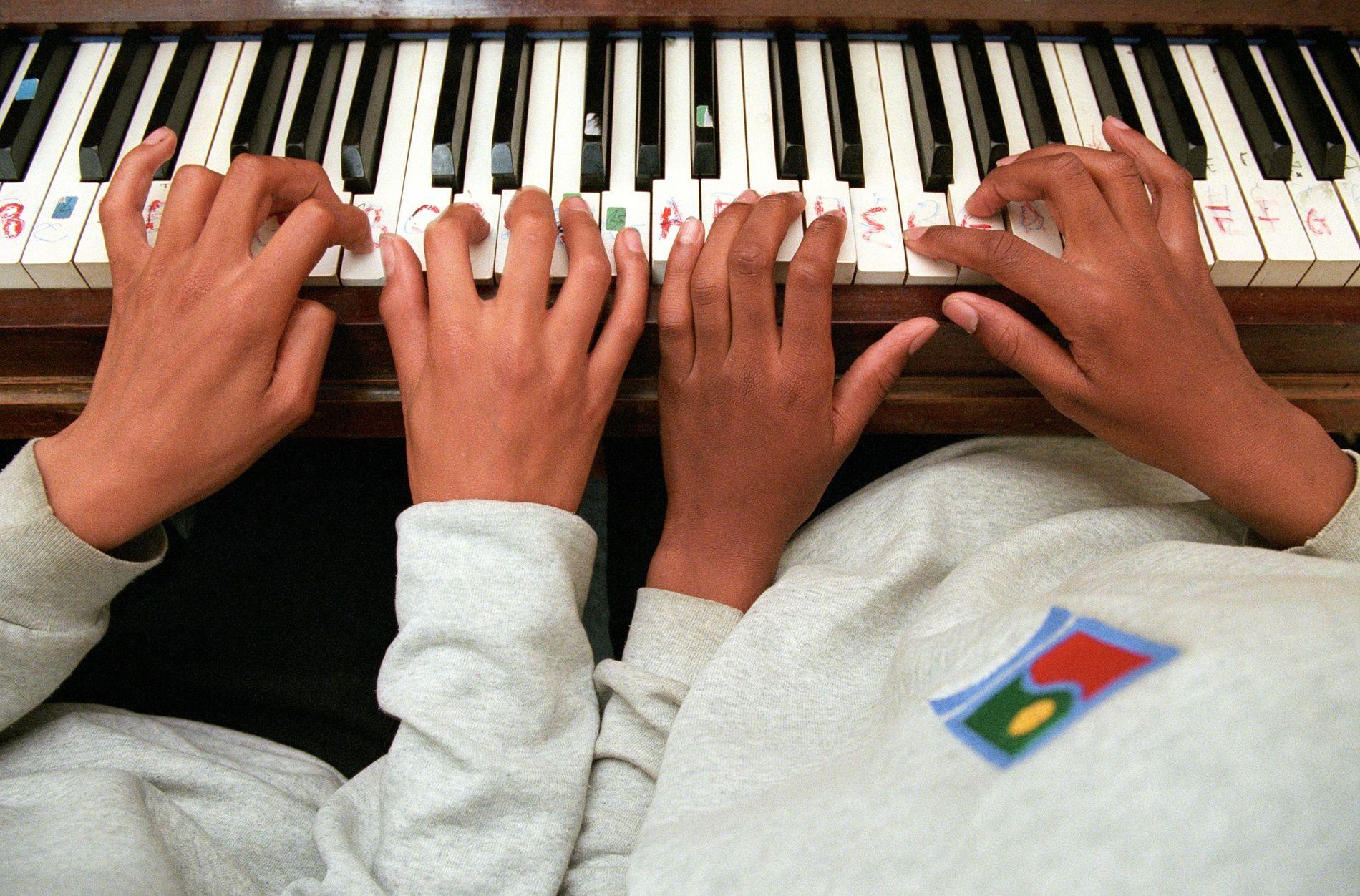 Wer als Kind ein Instrument erlernt, schafft in seinem Gehirn zusätzliche neuronale Verbindungen, die mitunter ein Leben lang bestehen bleiben.