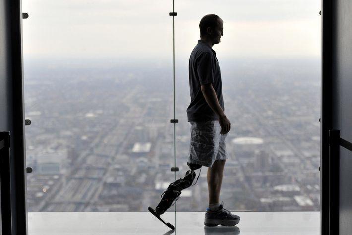 Zac Vawter, hier im Oktober 2012 am Willis Tower in Chicago, war der erste Mensch mit ...