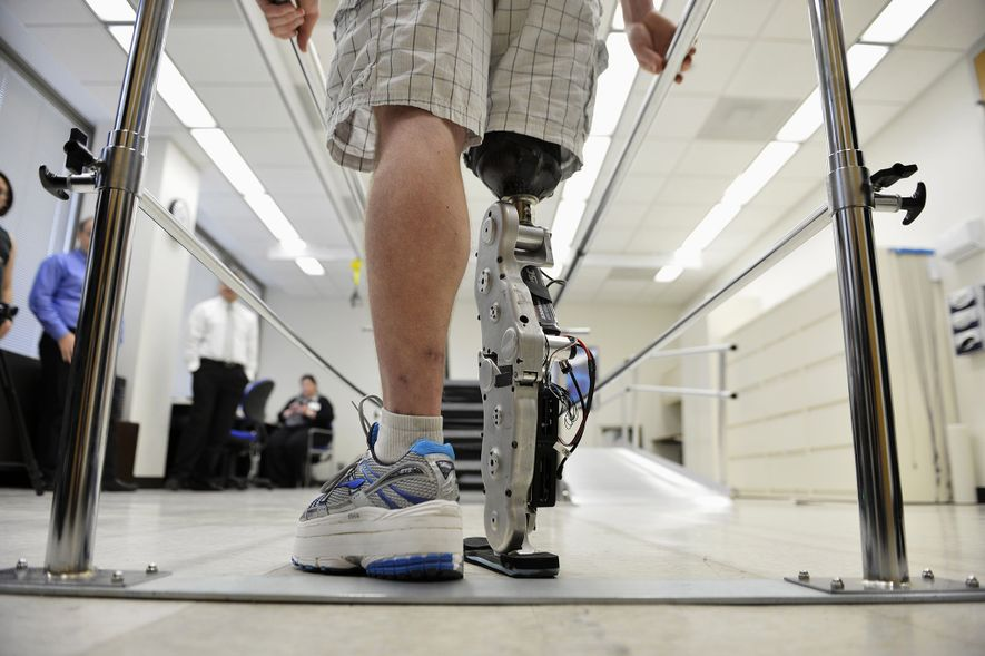 """Zac Vawter übt das Laufen mit seinem experimentellen """"bionischen"""""""" Bein am Rehabilitation Institute of Chicago im ..."""