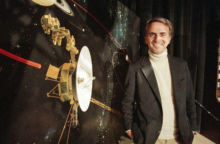 Sagan spricht 1986 in den Jet Propulsion Laboratories in Pasadena, Kalifornien, USA, über die Voyager2.