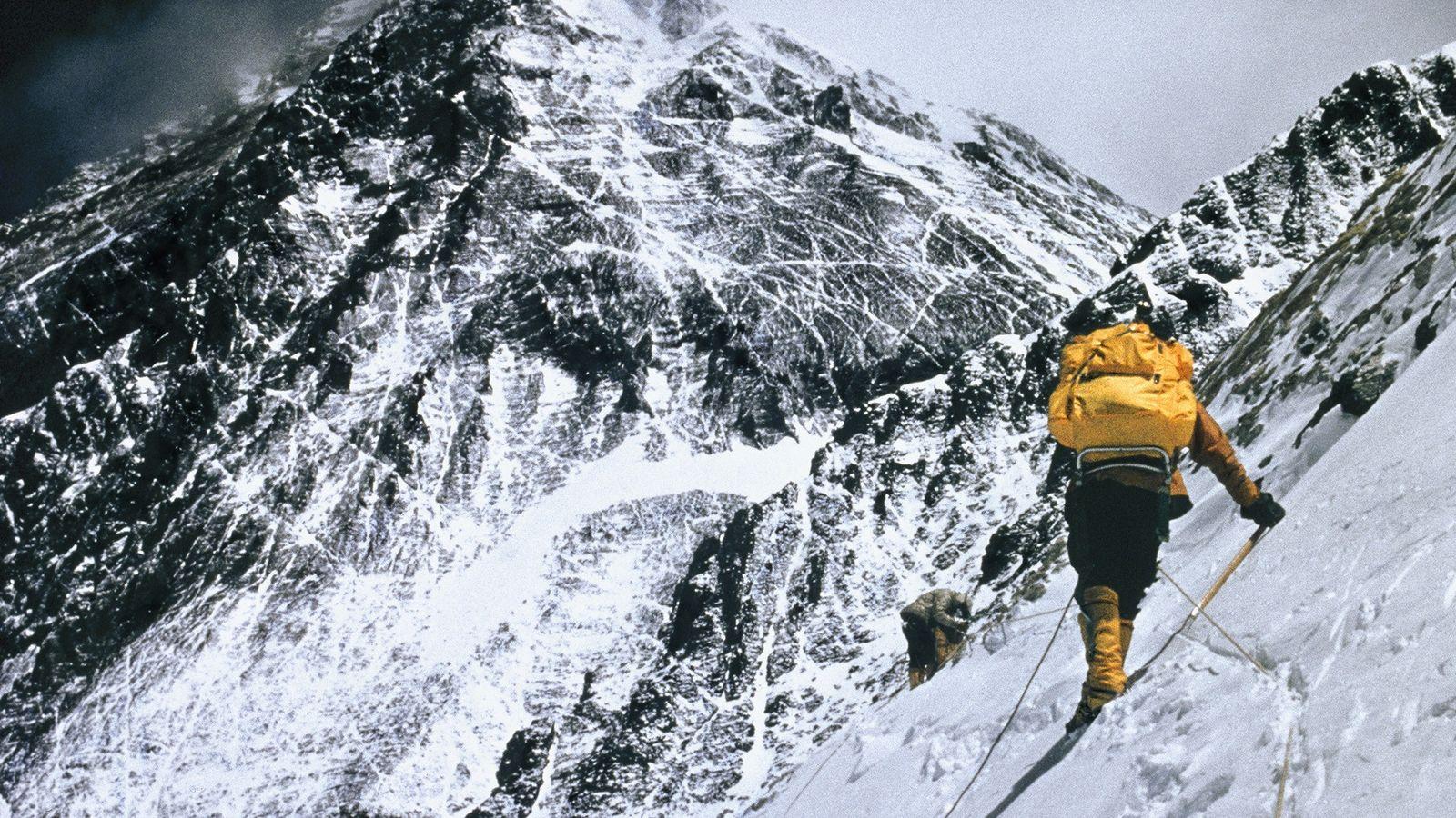 Bergsteiger überqueren den Berghang des Lhotse in schwindelerregenden 7.600 Metern Höhe. Begleitet von Sherpa Nawang Gombu ...