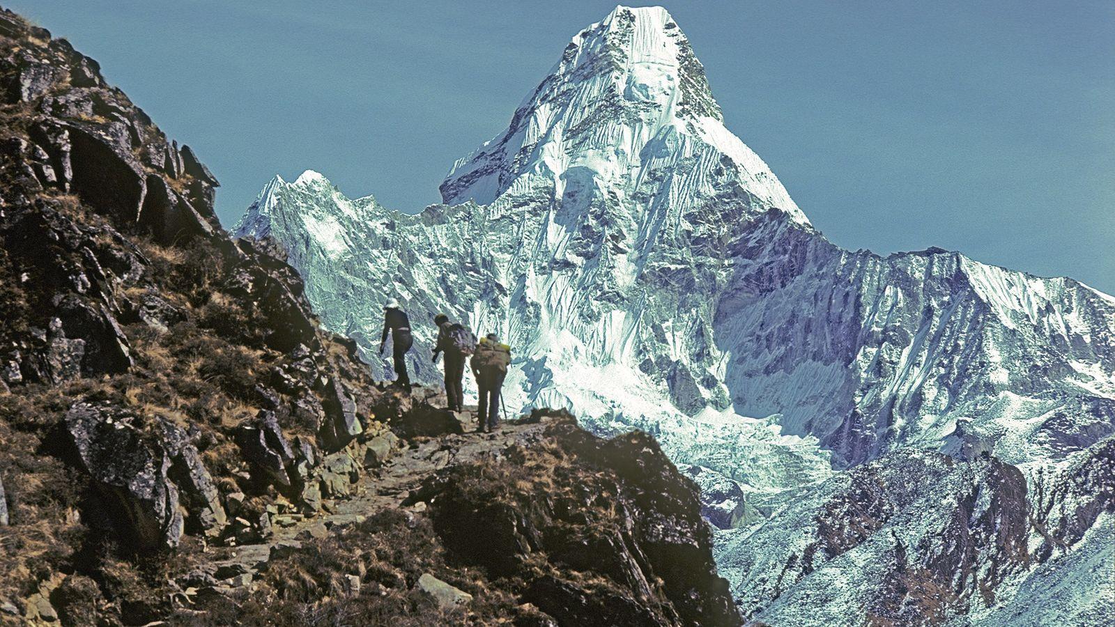 Bergsteiger auf der Hauptroute zum Mount Everest. Sie passieren den wunderschönen, 6.812 Meter hohen Ama Dabla. ...