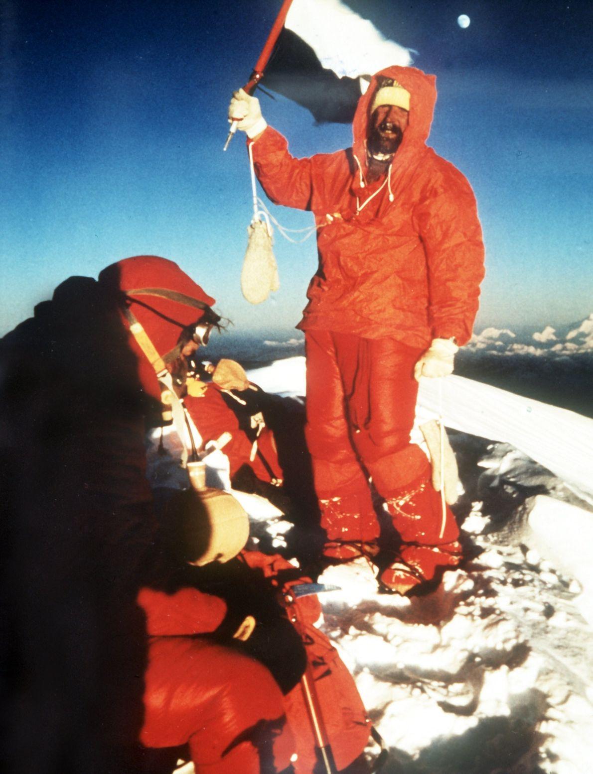 Überglücklich, den Gipfel des Mount Everest erreicht zu haben, schwenkt Bergsteiger Hubert Hillmeier am 14. Oktober ...