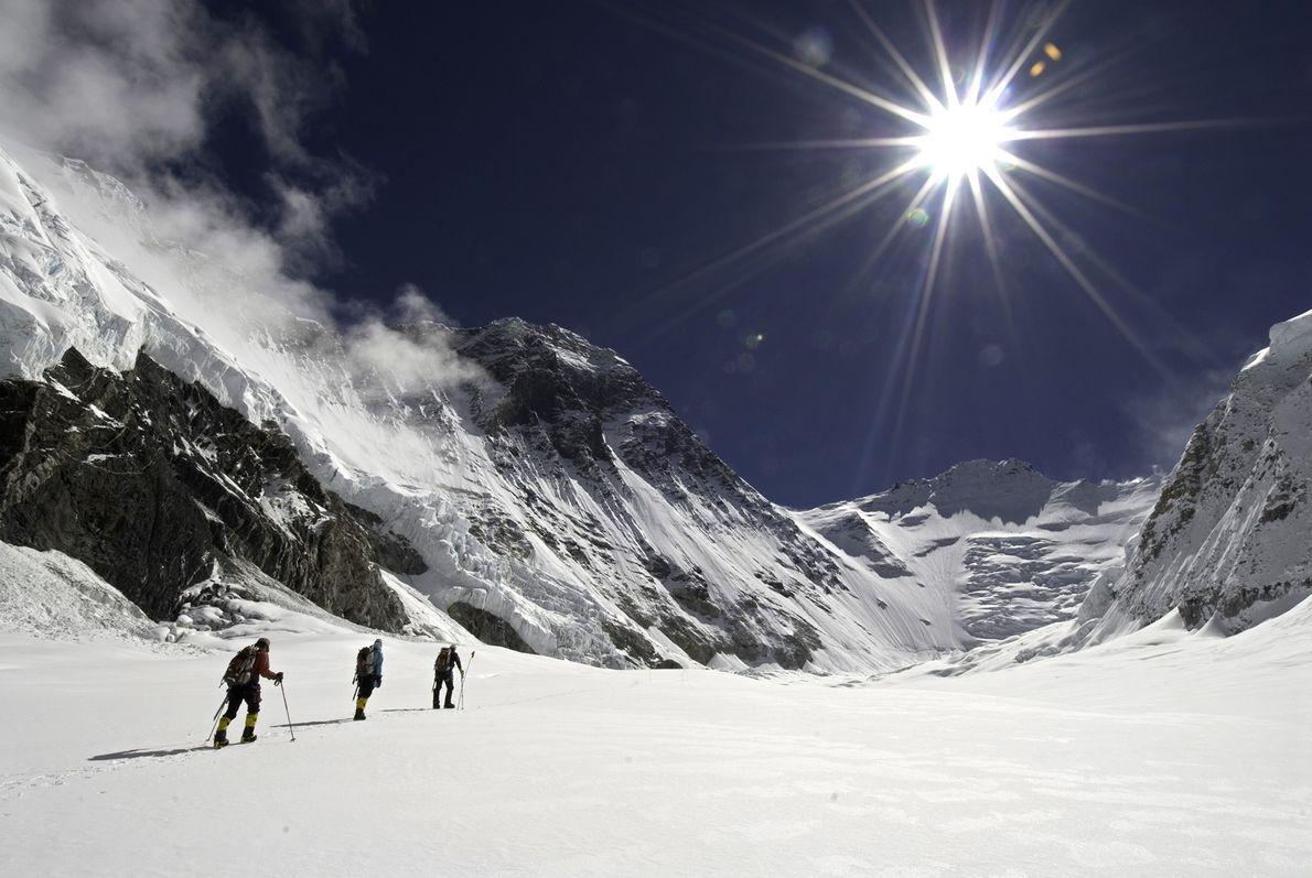 Mitglieder der Altitude Everest Expedition 2007 überqueren ein Schneefeld an der Nordseite des Mount Everest. Ihr ...