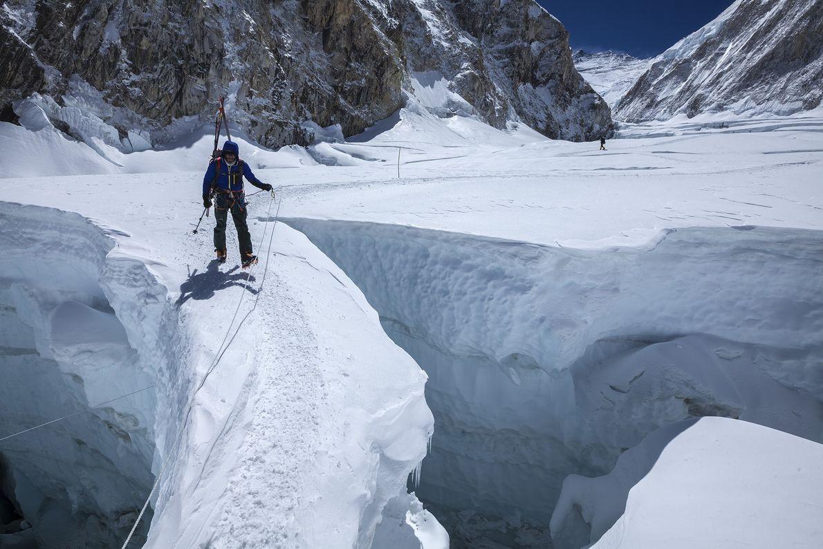Ein Bergsteiger überquert im Jahr 2012 eine schmale Brücke im Khumbu-Eisbruch. Der Eisbruch wird oft als ...