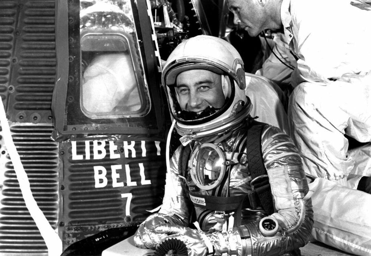 1961: Virgil 'Gus' Grissom posiert vor seiner Kapsel Liberty Bell 7 – komplett mit aufgemaltem Riss, ...